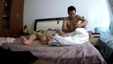 大叔手机看黄色视频性冲动把旁边裸睡的媳妇日起